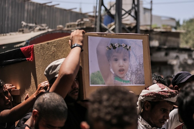 Palestinians carry a coffin of 23-year-old Enas Abu Khammash and her eighteen-month daughter during their funeral in Deir al Balah town in the central Gaza Strip, Aug. 9, 2018. (EPA Photo)
