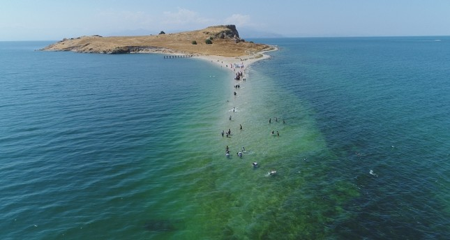 Swimmers cross through ancient underwater way to reach island in eastern Turkey