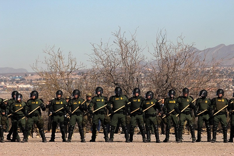 U.S. Border Patrol, Immigration and Customs Enforcement (ICE) and Customs and Border Protection (CBP) agents take part in a safety drill in Sunland Park, New Mexico, across from Ciudad Juarez, Mexico, on Jan. 31, 2019. (AFP Photo)