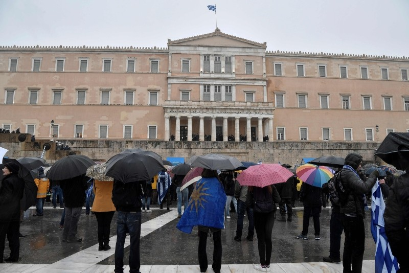 Protesters gather under pouring rain in front of the Greek parliament in Athens on January 25, 2019 during a demonstration against the name change deal with neighbouring Macedonia. (AFP Photo)