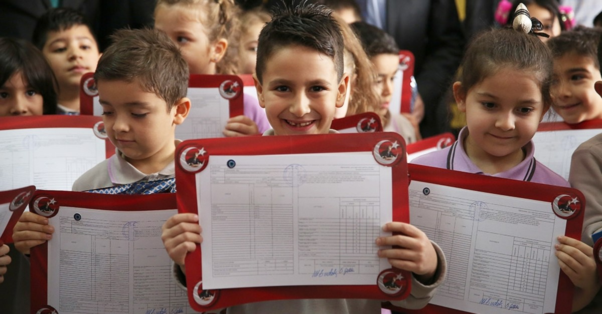 Elementary school students pose with their report cards in Antalya, Jan. 17, 2020. (AA Photo)