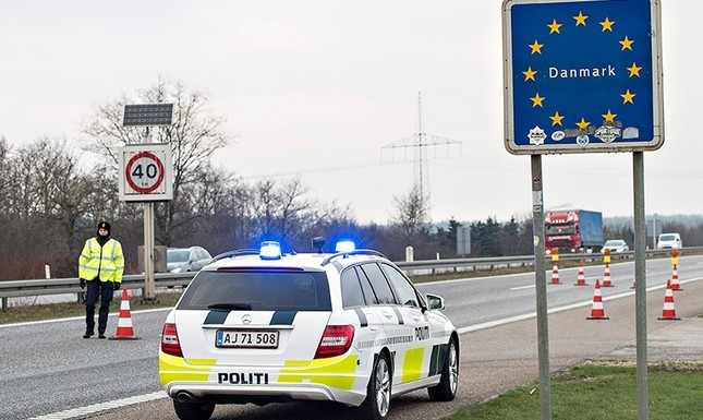 Danish Police officers check vehicles at the bordertown of Padborg, Denmark, Jan. 4, 2016. (Scanpix Denmark via Reuters)