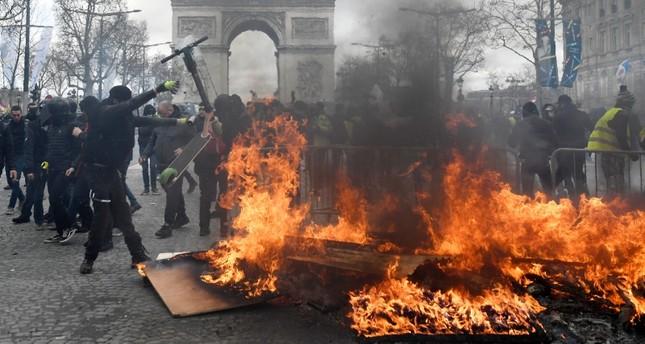 من مشاهد العنف في جادة الشانزليزيه الفرنسية