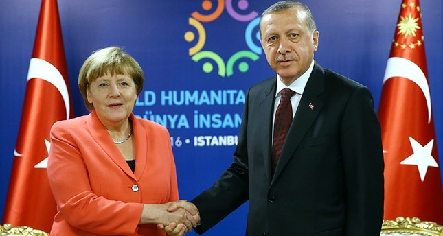 Erdoğan, right, shakes hands with Merkel, prior to their meeting at the World Humanitarian Summit in Istanbul, May 23, 2016. (AP)