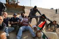 آليات إسرائيلية تجرف شوارع وساحات في محيط الخان الأحمر