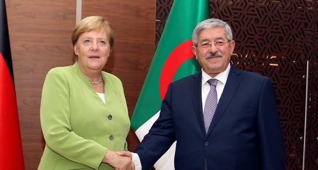 ميركل مع رئيس الوزراء الجزائري أثناء زيارتها للبلاد أمس (الفرنسية)