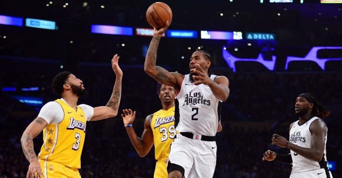 Kawhi Leonard moves to the ball against Lakers forward Anthony Davis during the first half, Dec. 25, 2019. (Reuters Photo)