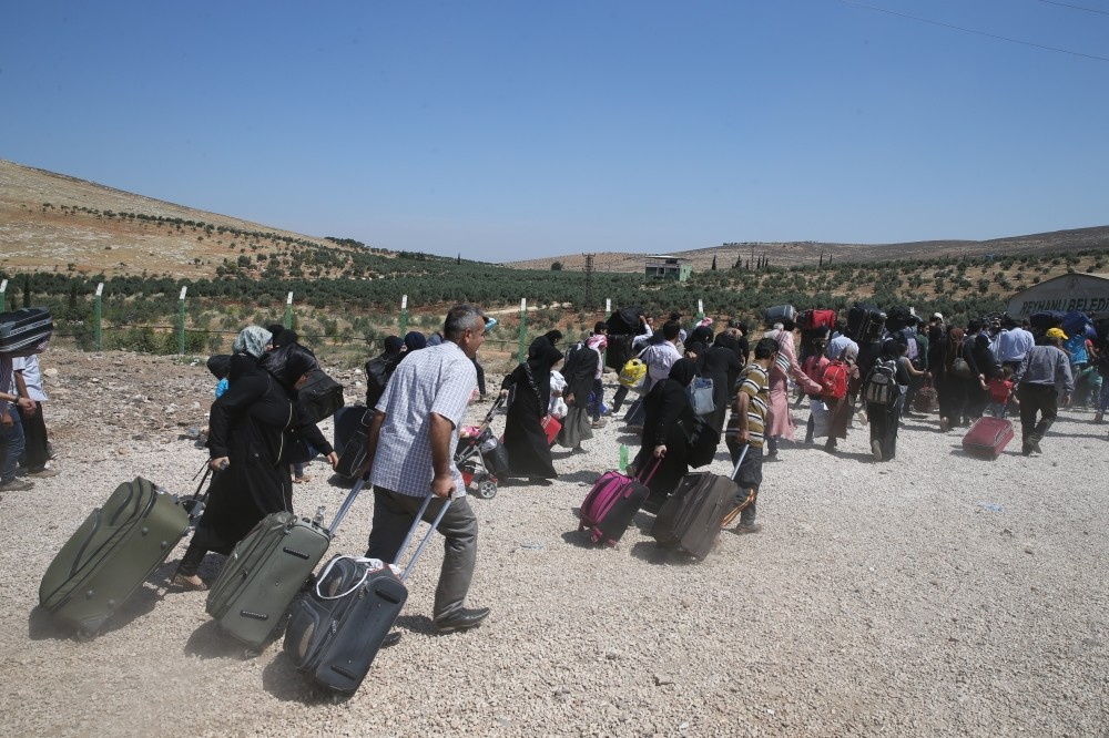 Syrians head to the Cilvegu00f6zu00fc border crossing in Hatay as thousands flock home for Eid al-Fitr.