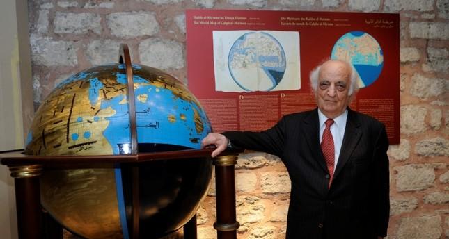 Prof. Dr. Fuat Sezgin neben einem seiner Objekte zur islamischen Wissenschaftsgeschichte