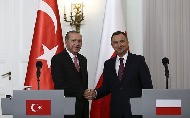 Polish President Andrzej Duda (R) and Turkish President Recep Tayyip Erdoğan shake hands following the joint press conference at the Presidential Palace in Warsaw, Poland, Oct. 17, 2017. (AA Photo)