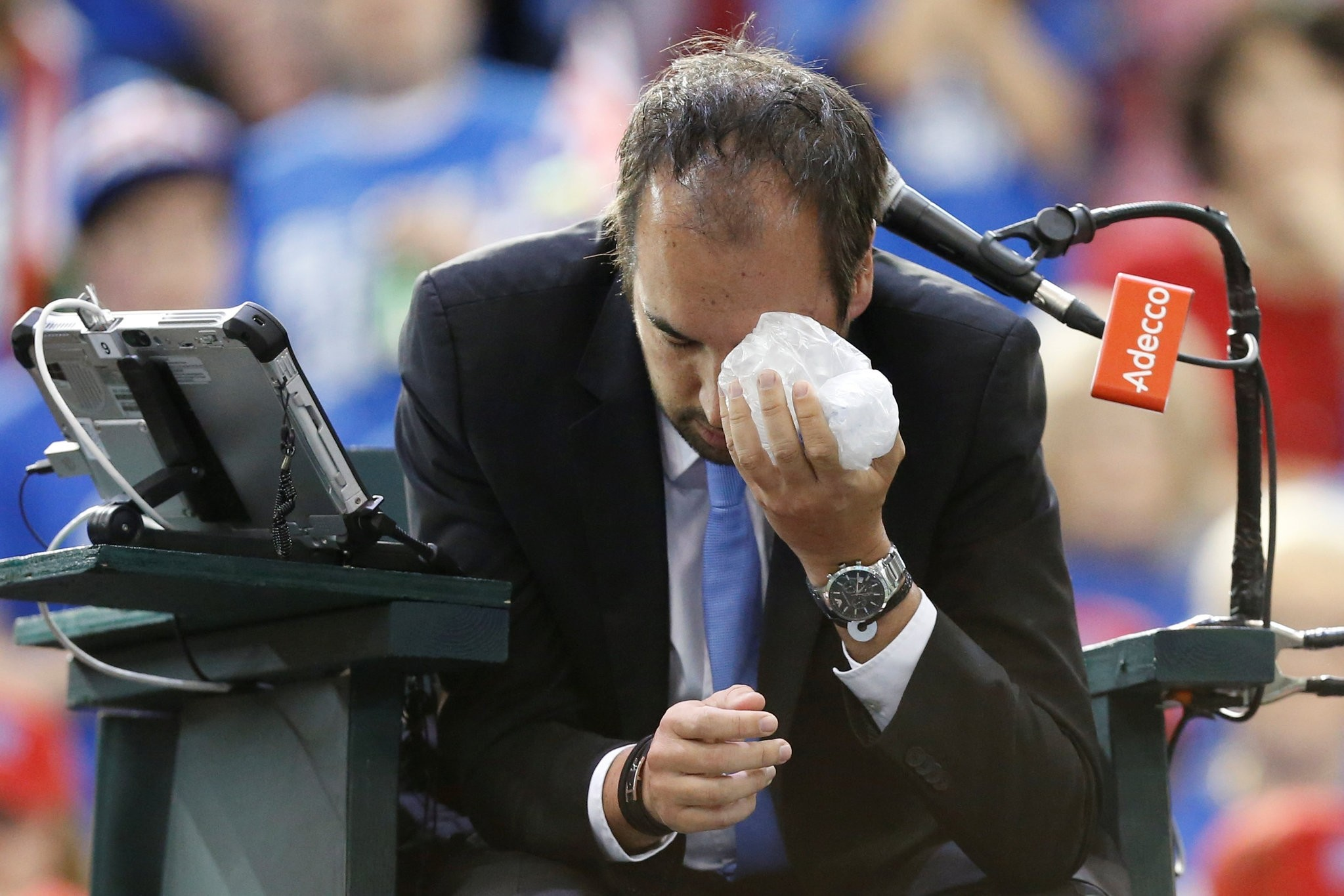 Umpire Arnaud Gabas holds an ice pack to his eye after being struck by a ball during a singles match between Shapovalov and Edmund. (REUTERS Photo)