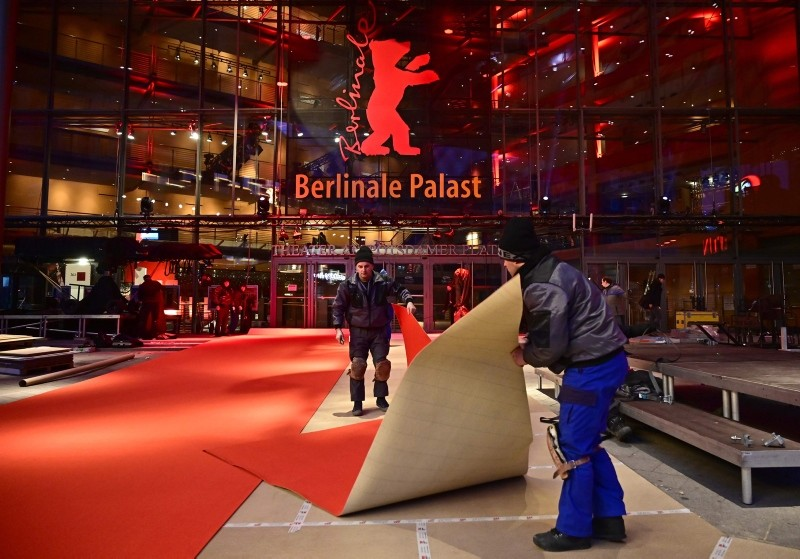 Workers roll out the red carpet as preparations are under way for the Berlinale international film festival in Berlin on February 5, 2019. (AFP Photo)