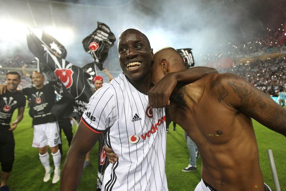 Demba Ba celebrates winning the Super League championship after match between Besiktas and Gaziantepspor in Gaziantep, Turkey.  (EPA Photo)