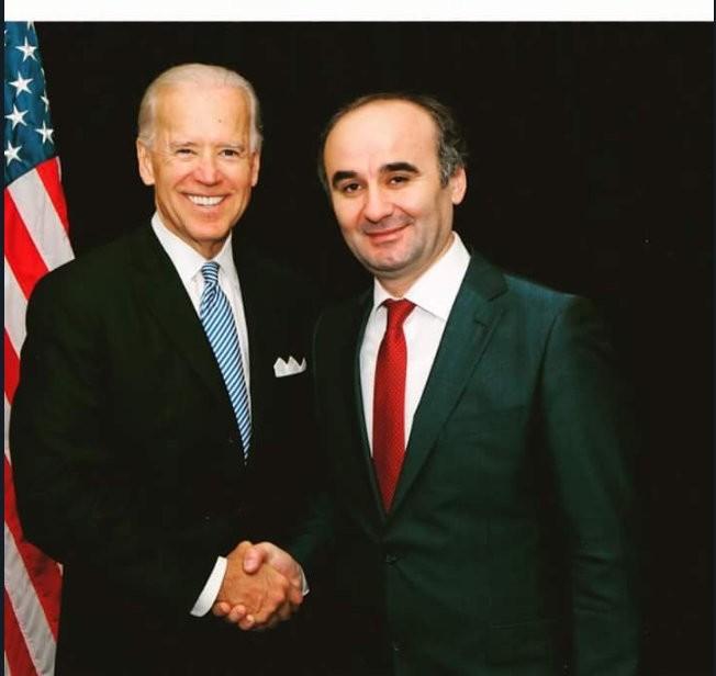 Kemal u00d6ksu00fcz poses for a photo with then U.S. Vice President Joe Biden.