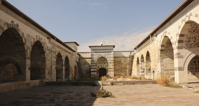 The yard of Zazadin Inn has 24 enclosed and open-air rooms, a prayer room, bath, storehouse, warehouse and barns.