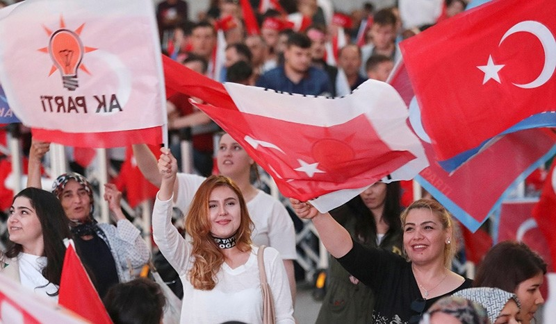 AK Party supporters wave flags in front of the AK Party headquarters in Ankara on June 24, 2018, during the Turkish presidential and parliamentary elections. (AFP Photo)