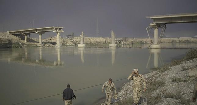بعد تدمير الجسور.. داعش يستخدم الزوارق للتنقل بين جانبي الموصل