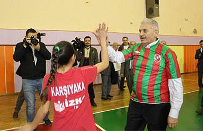 Yıldırım participates in a lively round of volleyball with Turkish youth in western Izmir province's Karşıyaka.