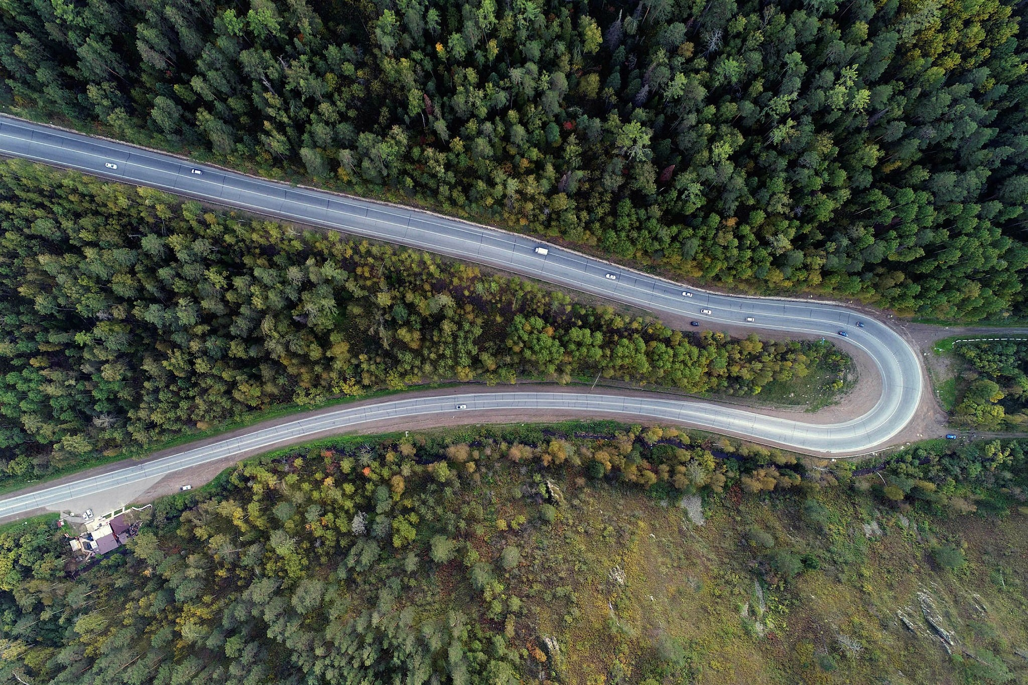 An aerial view shows vehicles driving along the M54 federal highway in the Siberian Taiga area outside Krasnoyarsk, Russia September 5, 2017. (REUTERS Photo)