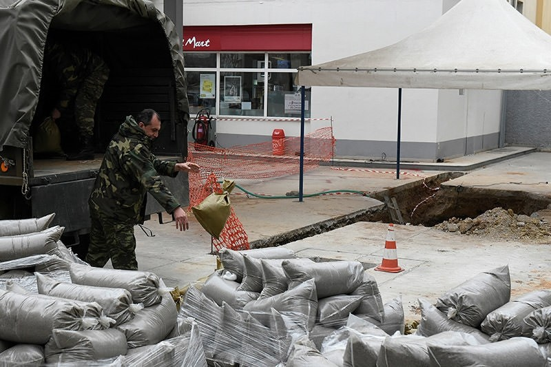 A military officer unloads sacks of sand next to a hole in the ground (R), where a 250 kg World War Two bomb was found in Thessaloniki, Greece February 10, 2017. (Reuters Photo)