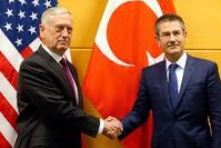 وزير الدفاع التركي نور الدين جانيكلي ونظيره الأمريكي جيمس ماتيس أثناء لقائهما على هامش اجتماع وزراء دفاع دول حلف الناتو في بروكسل 14 فبراير 2018   (رويترز)