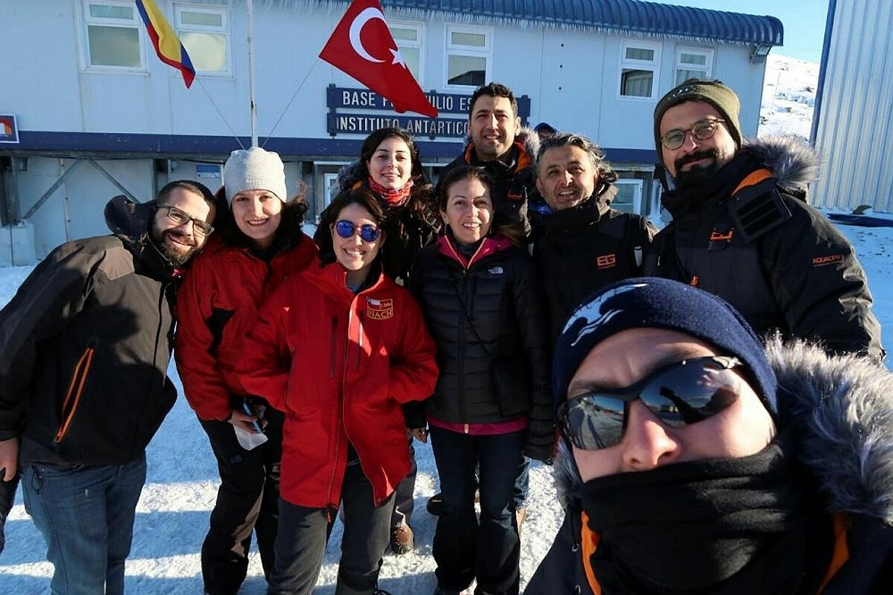 The science team including Burcu u00d6zsoy (3rd on right).