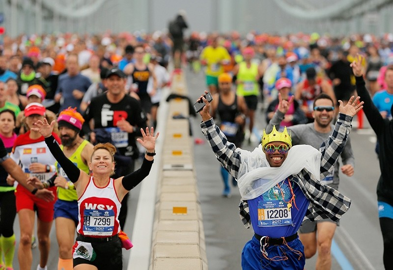 The first wave of runners make their way across the Verrazano-Narrows Bridge during the start of the New York City Marathon in New York, U.S., November 5, 2017 (Reuters Photo)