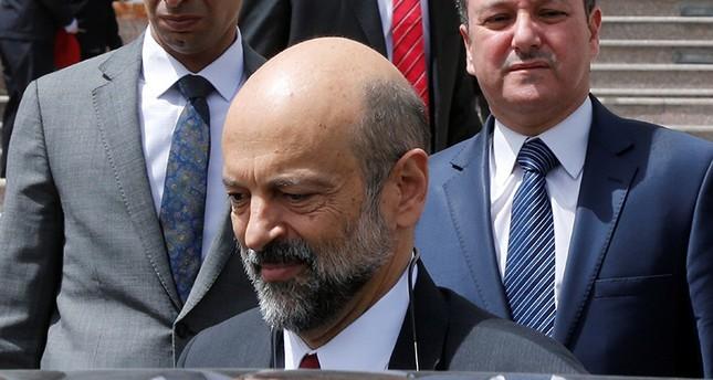 عمر الرزاز مغادراً مبنى البرلمان الأردني في عمان