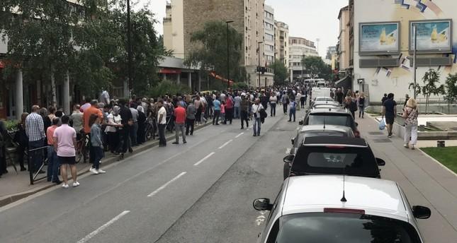 طابور المواطنين الأتراك أمام القنصلية التركية في باريس للإدلاء باصواتهم (الأناضول)