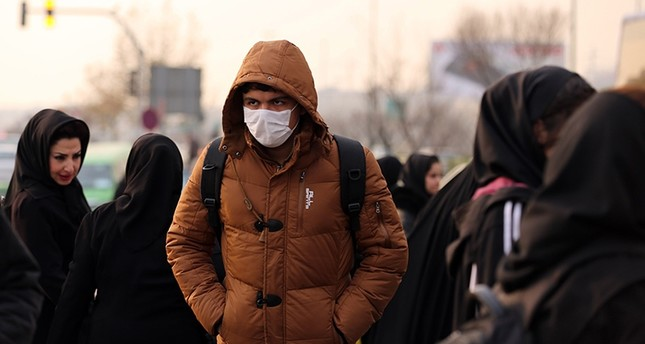 An Iranian schoolboy wears a facemask as he walks in a heavily polluted area in Tehran on Dec. 19, 2015. (AFP P`hoto)