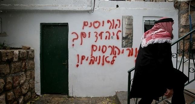 مستوطنون يهود يضرمون النار بمسجد جنوب غربي القدس