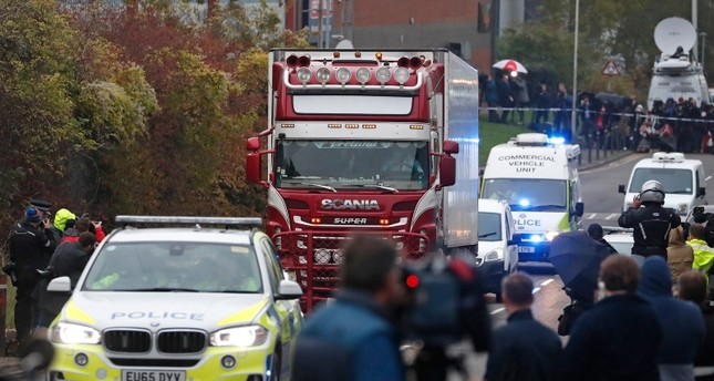 الشرطة تسحب الشاحنة التي عثر عليها أمس وفيها 39 جثة (AP)