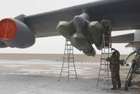 جنود يحملون صواريخ على جناح القاذفة العملاقة بي-52 (من الأرشيف)