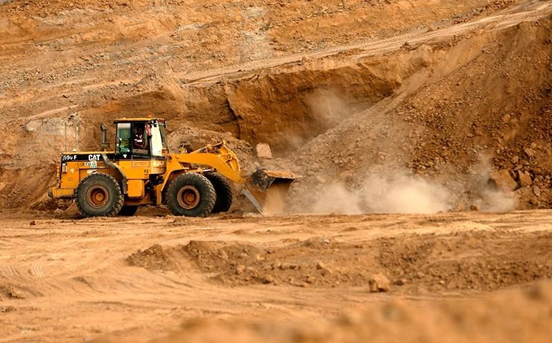 Bulldozers dig at the ancient Tell es-Sakan hill, south of Gaza City, on October 9, 2017 (AFP Photo)