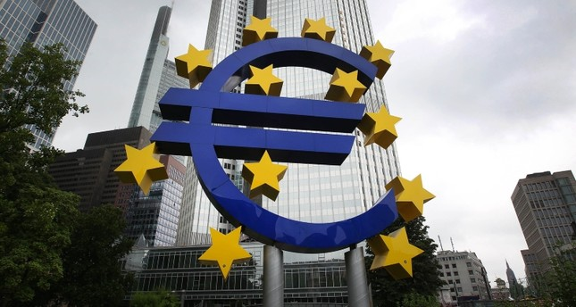 A picture taken on July 20, 2015 shows a huge logo of the Euro currency in front of the former headquarters of the European Central Bank (ECB) in Frankfurt am Main, western Germany. (AFP Photo)