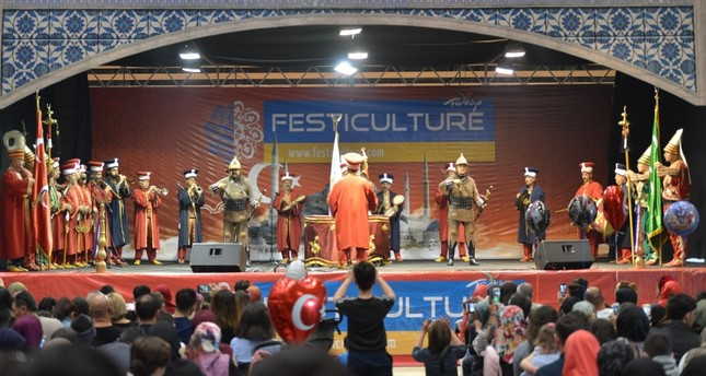 جانب من احتفالية مهرجان تركيا في فرنسا (الأناضول)