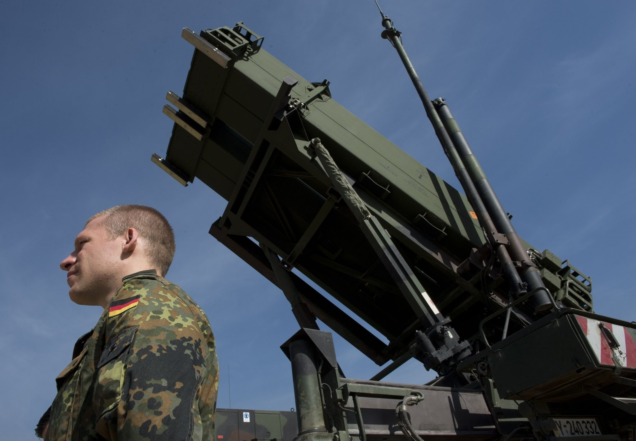 Picturen taken on March 25, 2014, shows a German soldier standing to attention in front of a German Patriot missile launcher at the Gazi barracks in Kahramanmarau015f, southern Turkey. (AFP Photo)