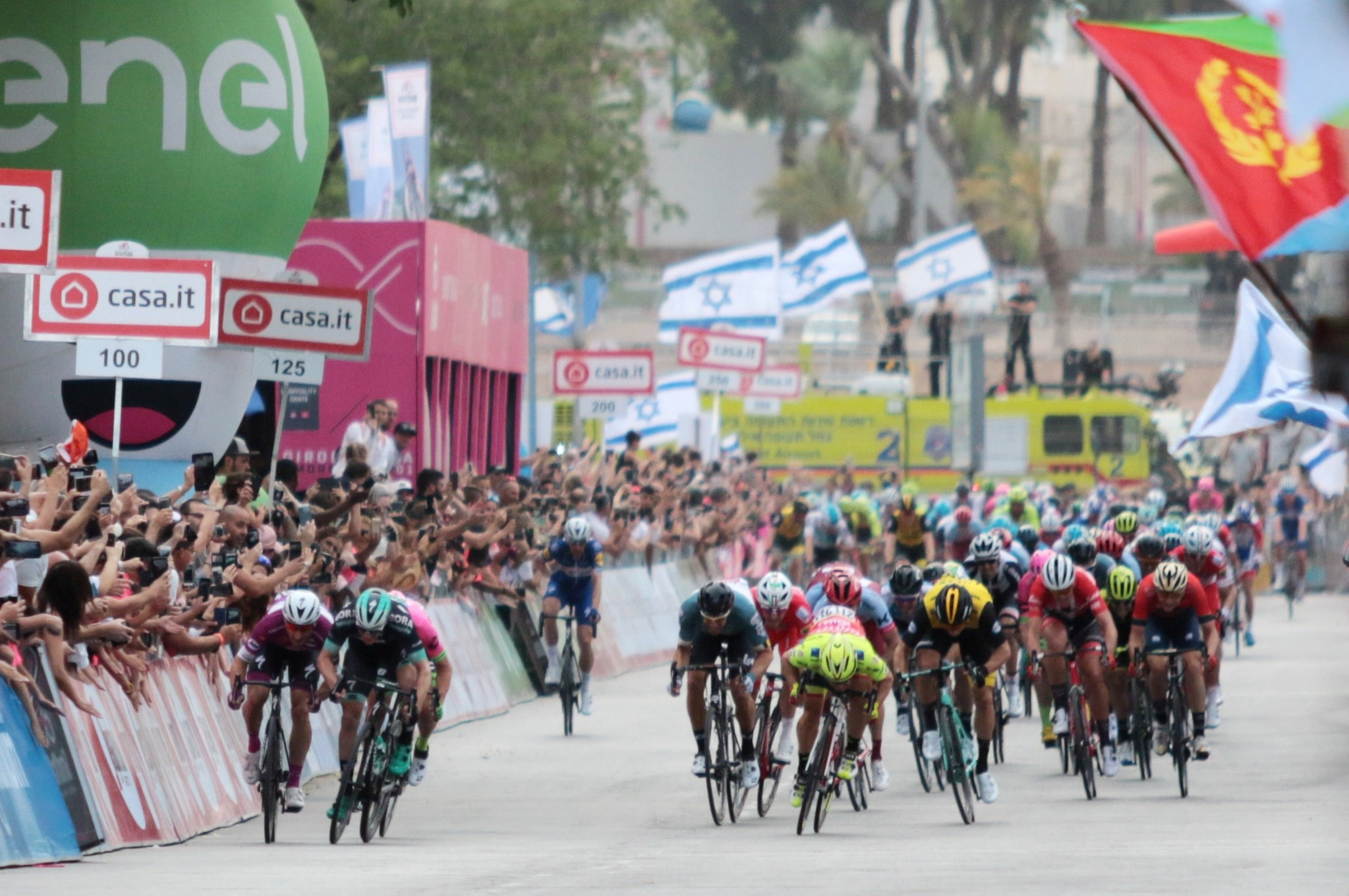 Cycling - the 101st Giro d'Italia cycling race - The 229-km Stage 3 from Beersheba to Eilat, Israel - May 6, 2018 - Team Quick-Step rider Elia Viviani of Italy (L) rides to win the 3rd stage in Eilat, Israel. (REUTERS Photo)