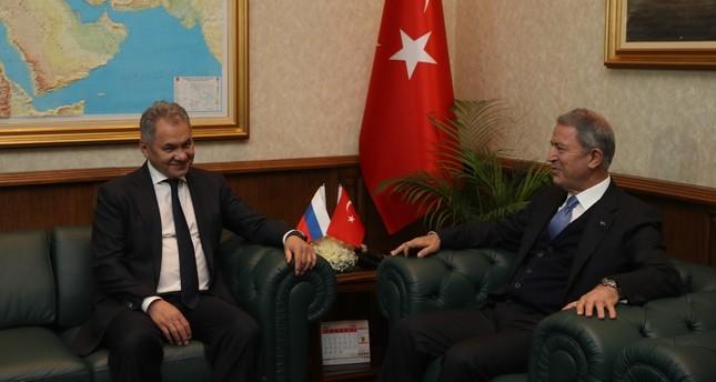 وزير الدفاع التركي يبحث مع نظيره الروسي تدابير تهدئة التصعيد بإدلب