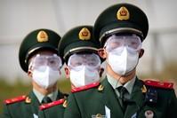 عناصر من الشرطة الصينية يرتدون الأقنعة الواقية AP