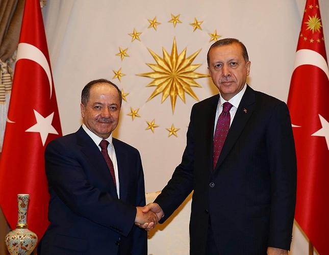 President Erdoğan shakes hands with KRG President Barzani (L) at the Presidential Palace in Ankara, Turkey, August 23, 2016. (Kayhan Özer / Presidential Photo Service)