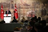 الرئيس التركي أردوغان أثناء لقائه مندوبي وسائل الإعلام الأجنبية في تركيا  (İHA)