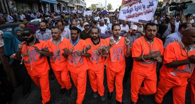 مجموعة من موظفي أونروا خلال مظاهرة احتجاجية على قرار إدارة الوكالة  تقليص أعداد الموظفين
