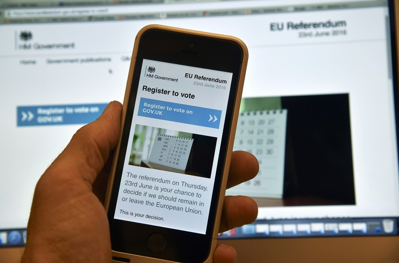 A web page on a voting registration site for the forthcoming British EU referendum is seen on a laptop computer and a smart phone in London, June 8, 2016. (REUTERS Photo)
