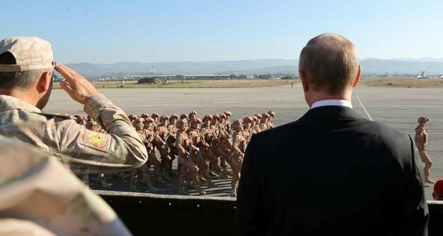 الرئيس الروسي مع وزير دفاعه مستعرضاً جنوداً روساً في سوريا (من الأرشيف)