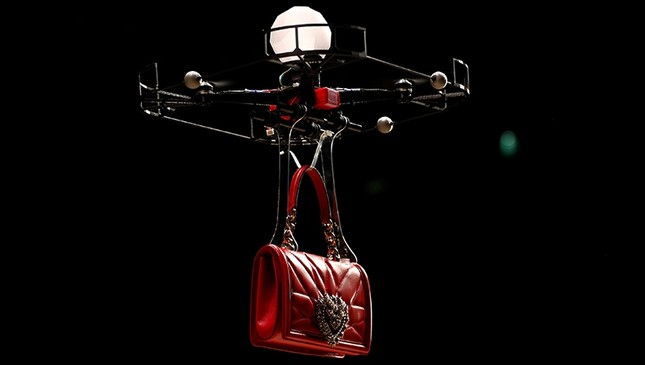 A drone carries a bag, the creation from the Dolce & Gabbana Autumn/Winter 2018 women's collection during Milan Fashion Week in Milan, Italy, Feb. 25, 2018. (Reuters Photo)