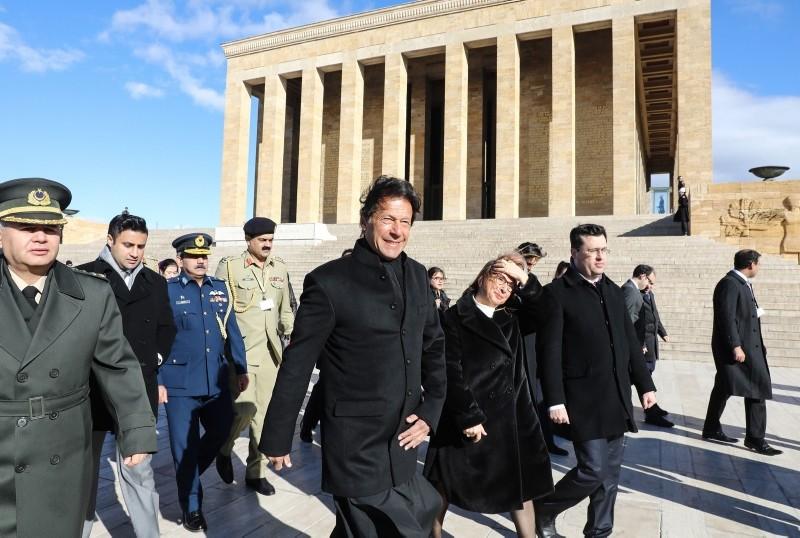 Pakistan Prime Minister Imran Khan (C) visits Anu0131tkabir, the mausoleum of Turkish Republic's founder Mustafa Kemal Atatu00fcrk, as part of an official state visit in Ankara on January 4, 2019. (AFP Photo)