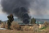 Afrin: YPG-Terroristen zünden Reifen an, um die Sicht der türkischen Jets einzuschränken. (AFP Foto)