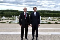 إيمانويل ماكرون وفلاديمير بوتين (من الأرشيف)