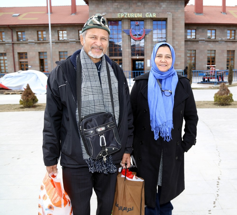 Washila Muhammad (L) and Gamat Allie arriving at Erzurum Train Station. (AA Photo)